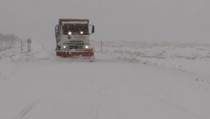 Urfa'nın ilçesinde karlı yollarda çalışma