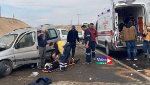 İki araba çarpıştı çok sayıda yaralı