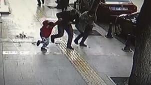 Kaldırımda yürüyen çocuğun üzerine taş düştü