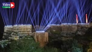 Kurtuluşun teması Urfa Kalesi'ne yansıtıldı