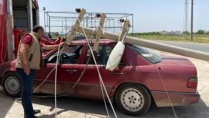 Elektrik direği otomobilin üzerine devrildi