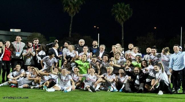 Kadınlar Ligi şampiyonu kupasını aldı