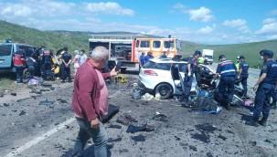 İki araç kafa kafaya çarpıştı: 9 ölü