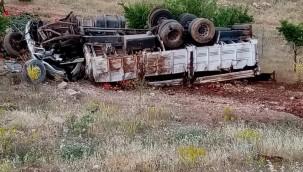 Karpuz yüklü kamyon şarampole devrildi