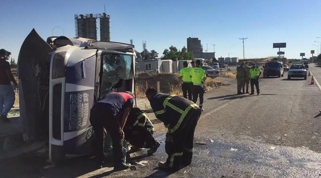 Minibüs kaldırıma çarpıp devrildi: 5 yaralı