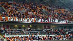 Galatasaraylı taraftarlar tribünlerde