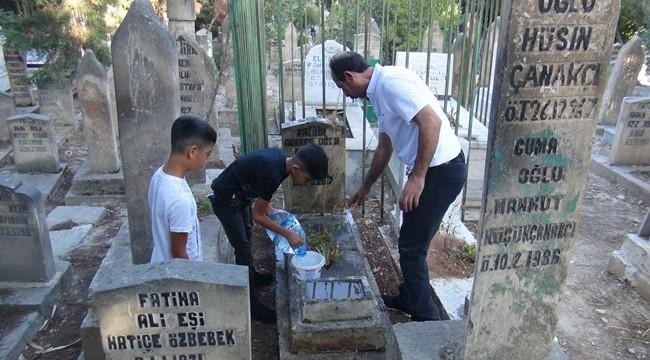 Mezarlıklarda hüzünlü bayramlaşma