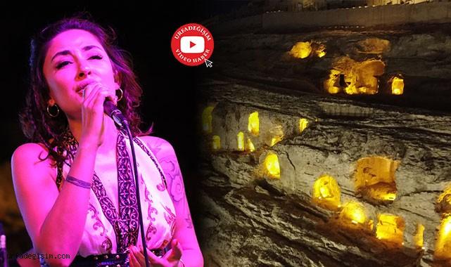 Melek Mosso şarkılarıyla büyüledi